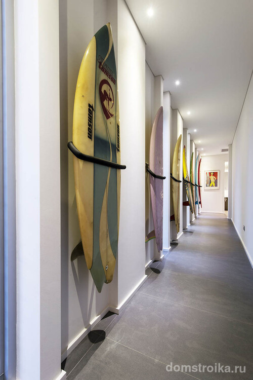 Импровизированная галерея в длинном коридоре, где точечное освещение выглядит гармонично