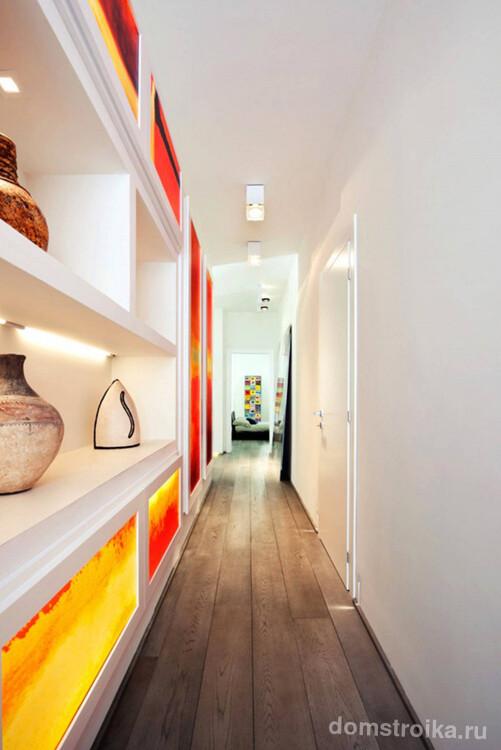 Узкий коридор с дополнительной подсветкой, встроенной в мебельный гарнитур