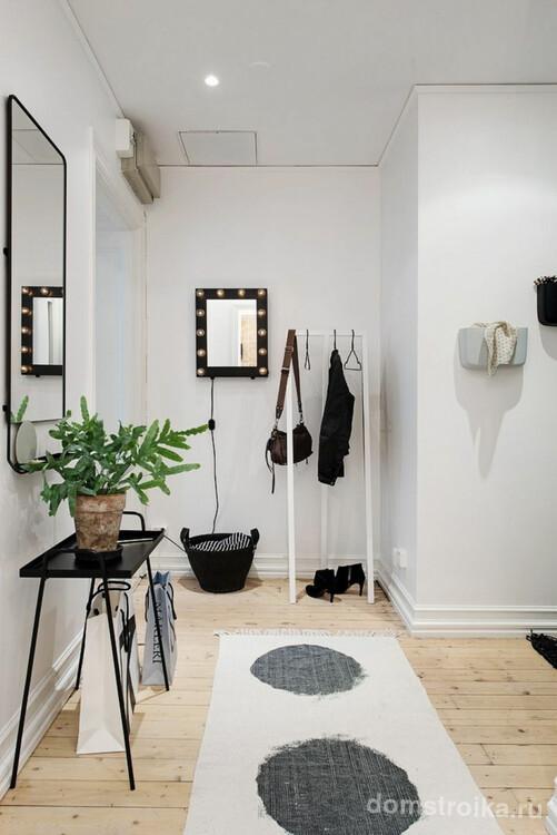 Небольшое зеркало со встроенным освещением по всему периметру рамы в просторном светлом коридоре