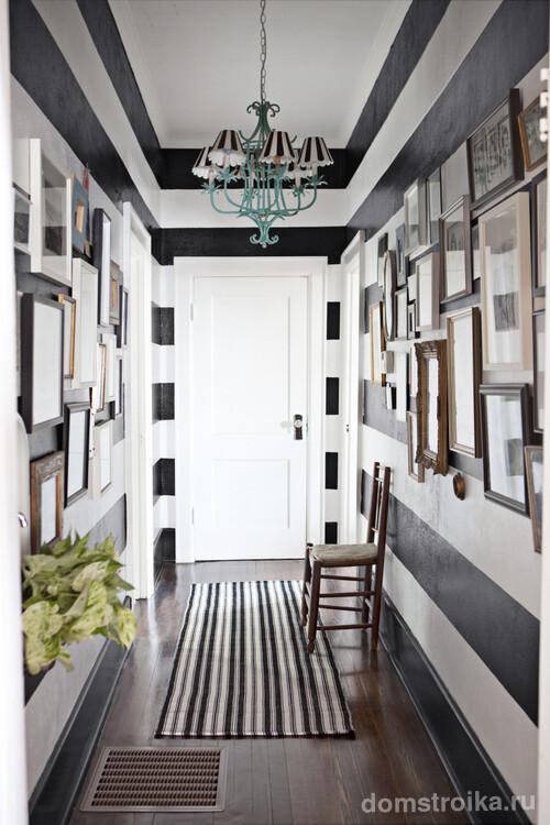 Небольшой коридор с необычной люстрой, выполненной в общем стиле всего помещения