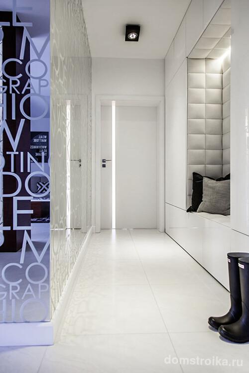 Небольшой коридор, оформленный в стиле минимализм