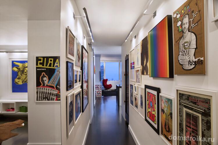 Карниз вдоль всего коридора с закрепленной на него светодиодной лентой – отличное решение для подсветки своеобразной галереи