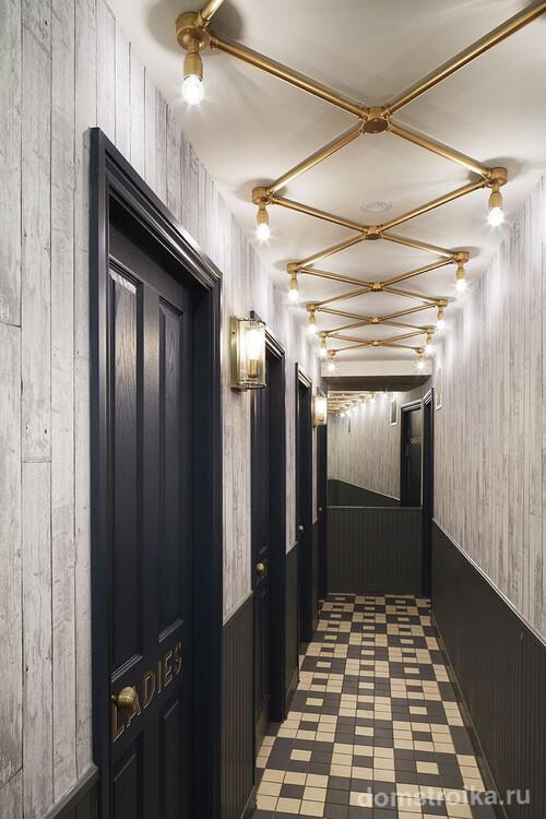 Необычная конструкция для освещения длинного коридора, которая позволяет равномерно заполнить светом всю площадь