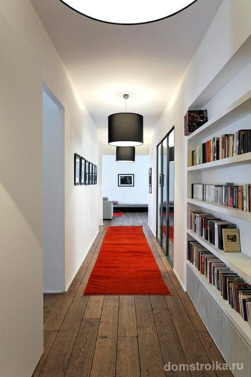 Читальная зона в узком коридоре небольшой квартиры