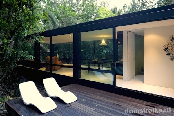 Decking-with-Simple-White-Loungers-of-Forest-House