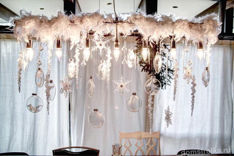 Снежная тема для зимнего декора гостиной и столовой: пушистые перья и бумажные снежинки