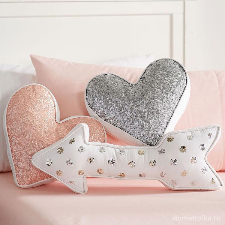 Декоративные подушечки в форме сердца и стрел, расшитые пайетками. Выкройки для таких просто нарисовать даже начинающему, так как они полностью симметричные