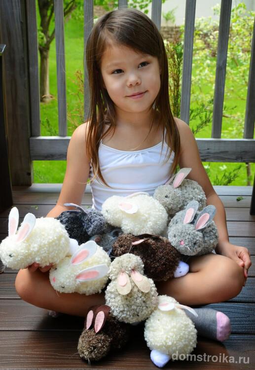Еще проще делаются игрушечные кролики из нитяных помпонов