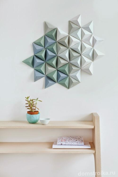 Геометричное настенное украшение из бумаги: абстрактный сюжет из объемных пирамид приглушенных цветов
