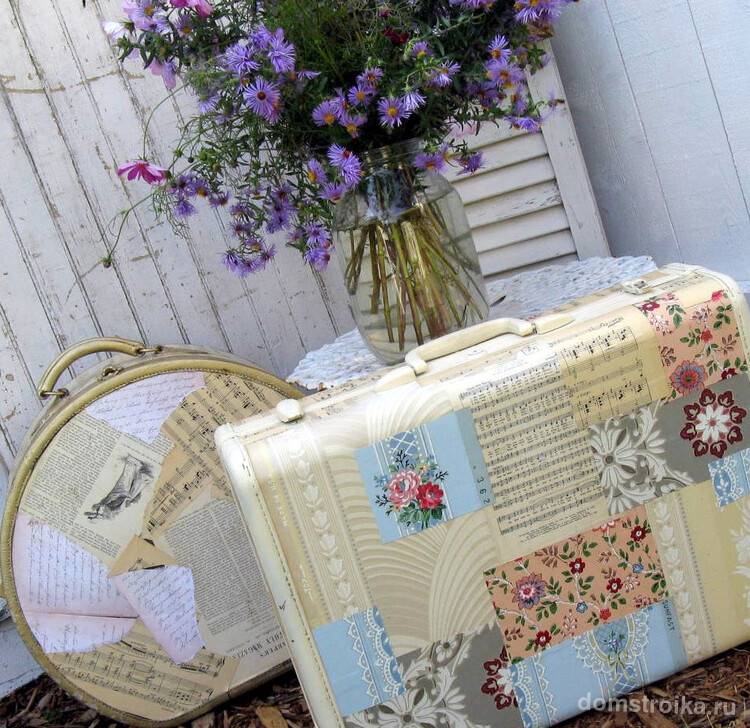 Декоративный чемодан для интерьеров в стиле прованс или шебби шик можно сделать, оклеив его подходящими обоями, салфетками или журнальными вырезками. В зависимости от материалов выбирается подходящая техника выполнения