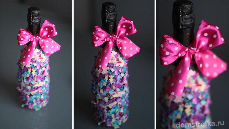 Красивый разноцветный декор шампанского, дополненный яркой лентой