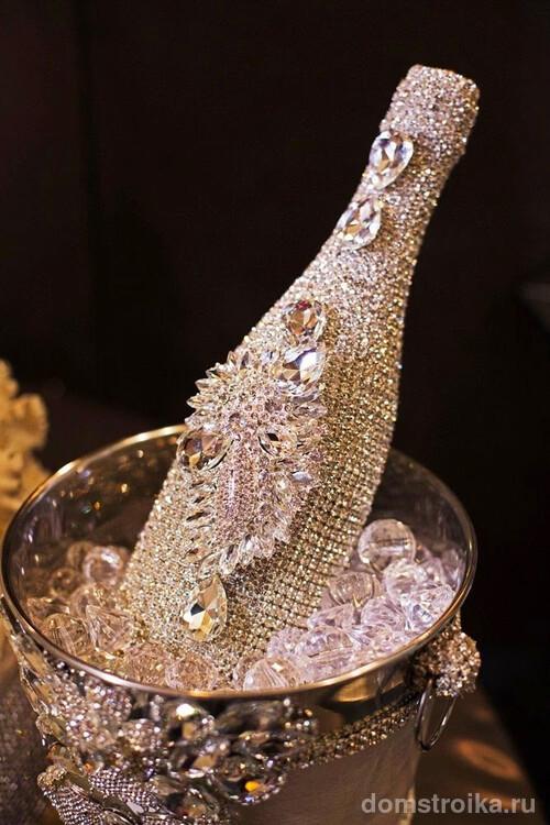 Элегантный декор шампанского и ведерка со льдом из камней
